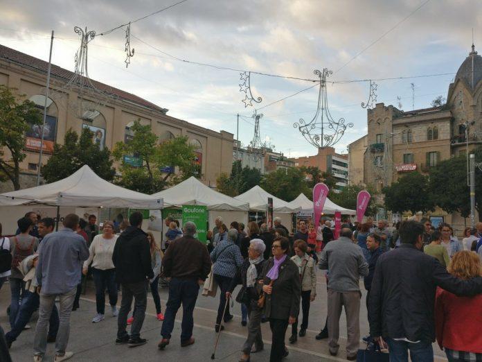 La 1a fira de consum republicà de Manresa ha tingut cues de gent durant tot el dia per canviar a companyies catalanes