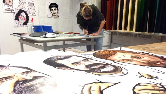 Émilie Castanier, treballant en el vitrall de l'Oriol Junqueras