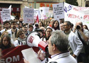 Moment de la manifestació d'aquest divendres a Terrassa per part del col.lectiu sanitari concertat amb CatSalut
