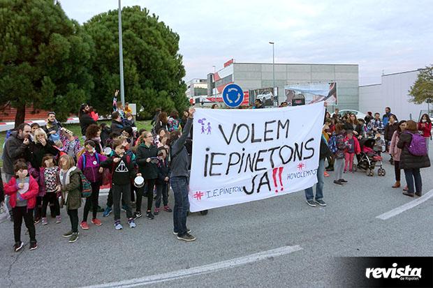 Imatge de les reivindicacions a favor del projecte d'escola institut. Font. Revista de Ripollet