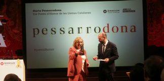 Marta Pessarrodona en el moment de rebre el premi   Òmnium Cultural
