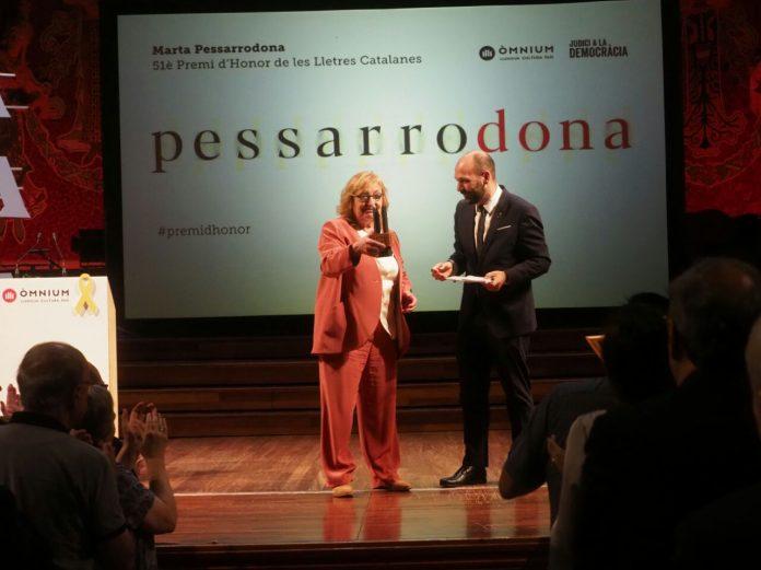 Marta Pessarrodona en el moment de rebre el premi | Òmnium Cultural