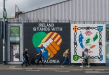 Els catòlics, a alguns dels seus murals, se solidaritzen amb altres moviments d'alliberament nacional. / Alfons Cabrera