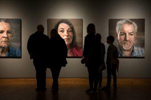 Exposició de la col·lecció de retrats pictòrics Testimoni silenciós de Bruce Davidson. Exhibida per primer cop el 2015, es va recuperar l'any passat en commemoració dels 20 anys de l'acord de pau. / Alfons Cabrera