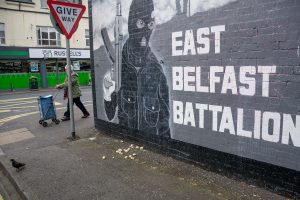 Mural dels paramilitars lleialistes de l'UVF a Belfast. Els paramilitars de tots dos bàndols s'han reconvertit en una mena de màfies que vetllen per la seguretat dels barris (tu ja m'entens) i controlen el tràfic de drogues. Si fa no fa se sap qui són, però la gent té por de parlar. / Alfons Cabrera