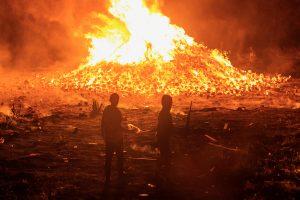 La nit anterior a la principal marxa Orange, Eleventh Night, cremen fogueres fetes de muntanyes de palets de fins a 30 metres d'alçada, al voltant de les quals se celebren festes i, en alguns casos, es crema simbologia irlandesa i nacionalista. / Alfons Cabrera
