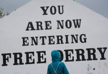 L'icònic mural de Free Derry Corner roman dempeus des de fa mig segle. Sovint és repintat, sense alterar mai el missatge principal, per mostrar solidaritat amb altres causes nacionals o socials. / Alfons Cabrera