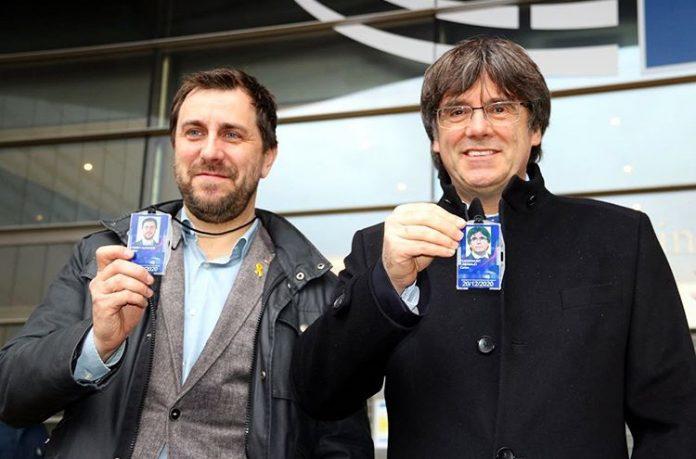 Comín i Puigdemont lluint les credencials d'eurodiputats, aquest migdia davant del Parlament Europeu a Brusel·les