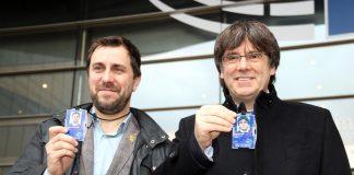 Puigdemont i Comín mostrant l'acreditació provisional com a eurodiputats | Junts per Catalunya