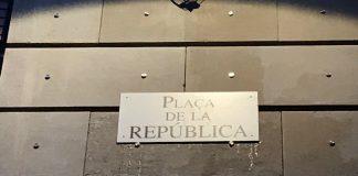 Placa col·locada a la plaça pel CDR de Manresa per reivindicar-ne el canvi de nom | CDR Manresa