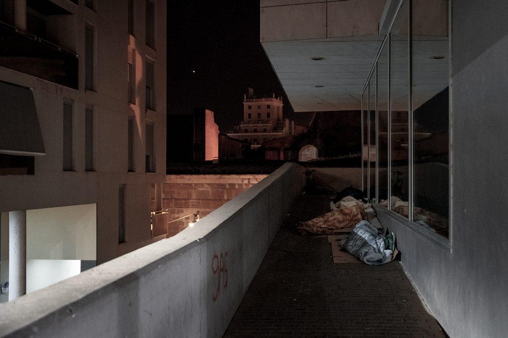 Temporers dormint al ras al centre de Lleida. / A. Cabrera