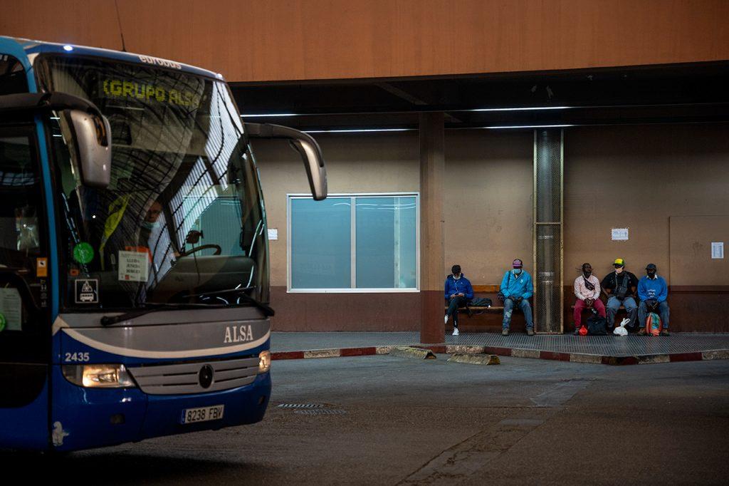 Temporers, de matinada, a l'estació d'autobusos de Lleida. / A. Cabrera