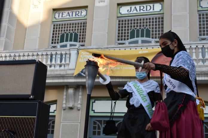 Encesa de la flama en l'acte d'inici a Figueres
